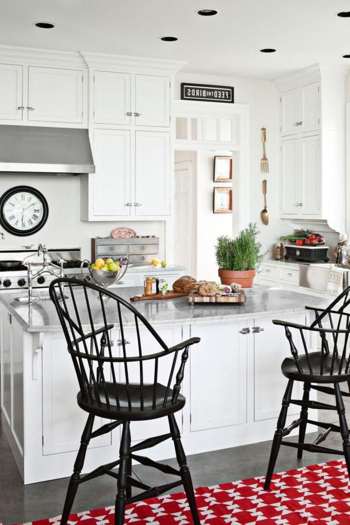 cocinas pequeñas, ejemplo exquisito en blanco y negro, armarios hasta el hecho, lámparas empotradas, grande barra con armarios