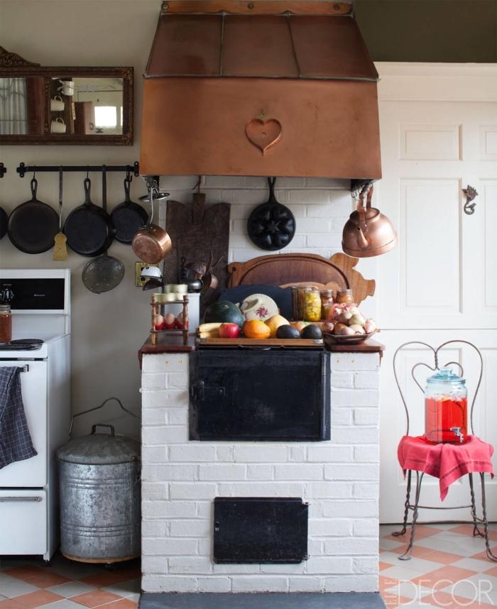 diseñar cocina en estilo vintage, tetera y campana extractora viejas, cocina en blanco con muebles antiguos