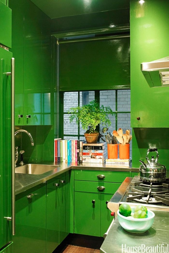 diseñar cocinas, ambiente en color atrevido, estantes hasta el techo pintados en verde, esquina para libros