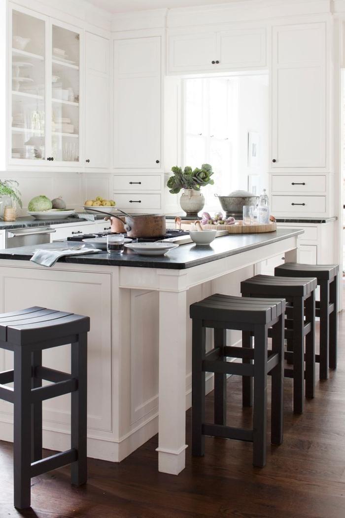 cocinas pequeñas, armarios altos, barra enorme que sirve para mesa, cocina tipo comedor en blanco y negro