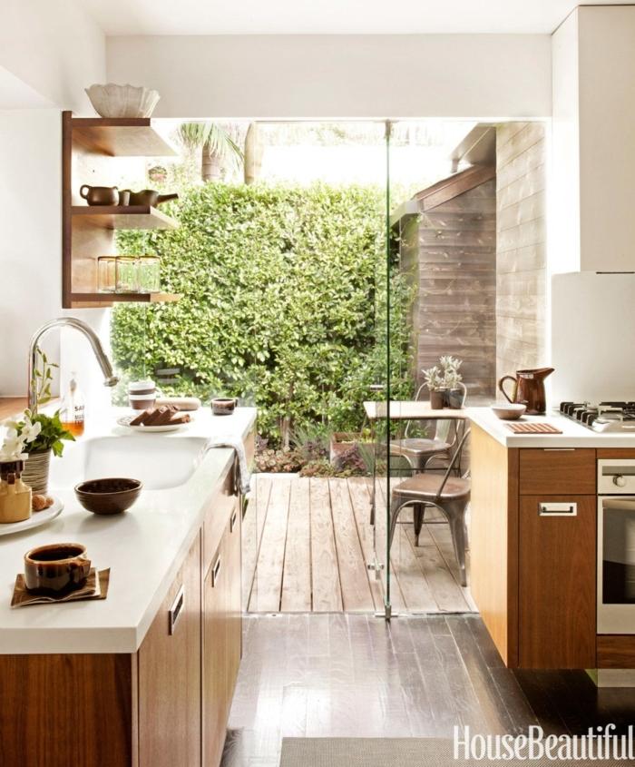 diseñar cocinas, abrir la cocina a la terraza para ganar espacio, vitrina de vidrio, muebles de madera