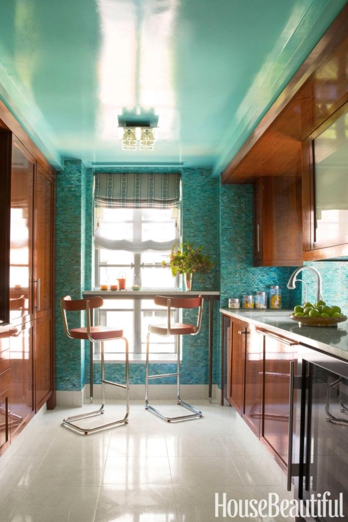 diseñar cocinas, combinación de color aquamarina y madera, isla al lado de la ventana, sillas de barra