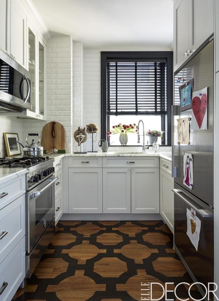 diseñar cocinas, cocina alargada, con parquet estilizado, alacenas en blanco y decoración en el frigorífico