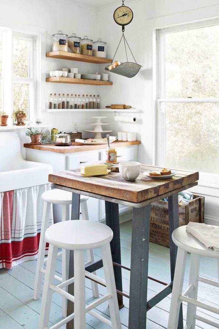 cocinas modernas pequeñas, paredes en blanco, estantes flotantes de madera, bascula colgante decorativa
