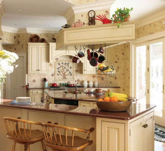 cocinas modernas pequeñas, elementos arquitectónicos en el techo, sillas de barra de madera, encimera de mármol marrón