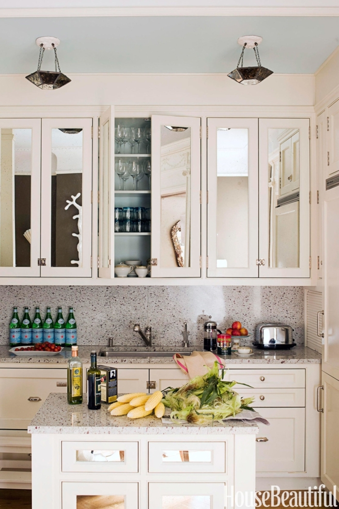 cocinas pequeñas, como organizar tu cocina con espacio reducido, armarios blancos hasta el techo, barra cuadrada con encimera de mármol