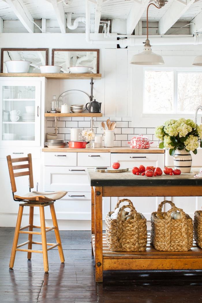 cocinas americanas, techo estilo industrial, muebles de madera, alacenas blancas, cestas en vez de estantes, jarrón de flores en la mesa