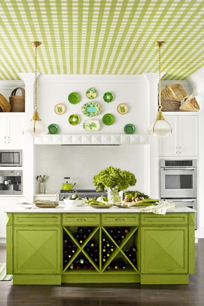 cocinas americanas, decoración de cocina fresca en blanco y verde, techo tapizado, lámparas colgantes, cesta decorativas, estantes para botellas de vino
