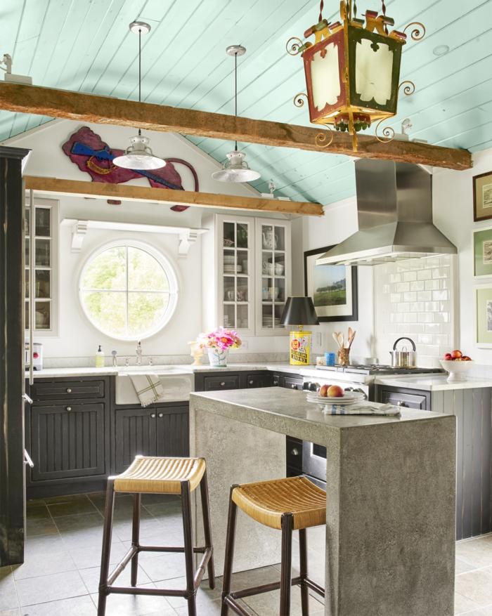 cocinas americanas, ejemplo de estilo, ventana pequeña redonda, vaga de madera en el techo, lámpara vintage colgante