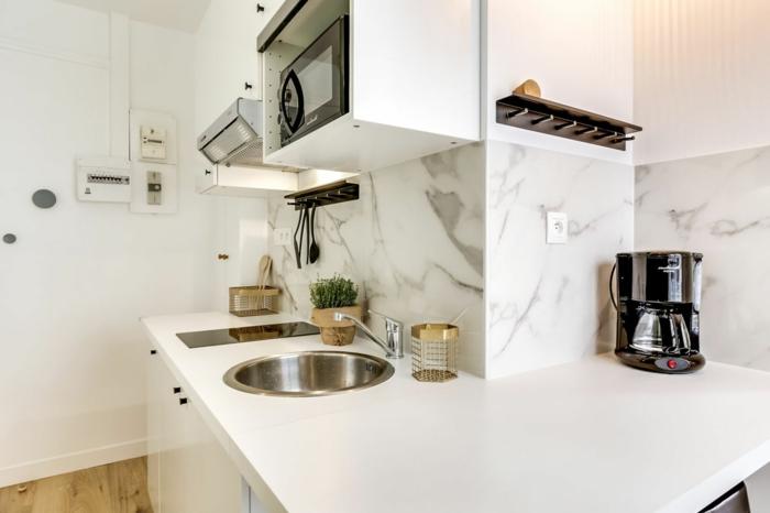 cocinas americanas, en la forma l. ambiente en blanco con suelo de parquet, estantes puestos arriba, lavabo redondo