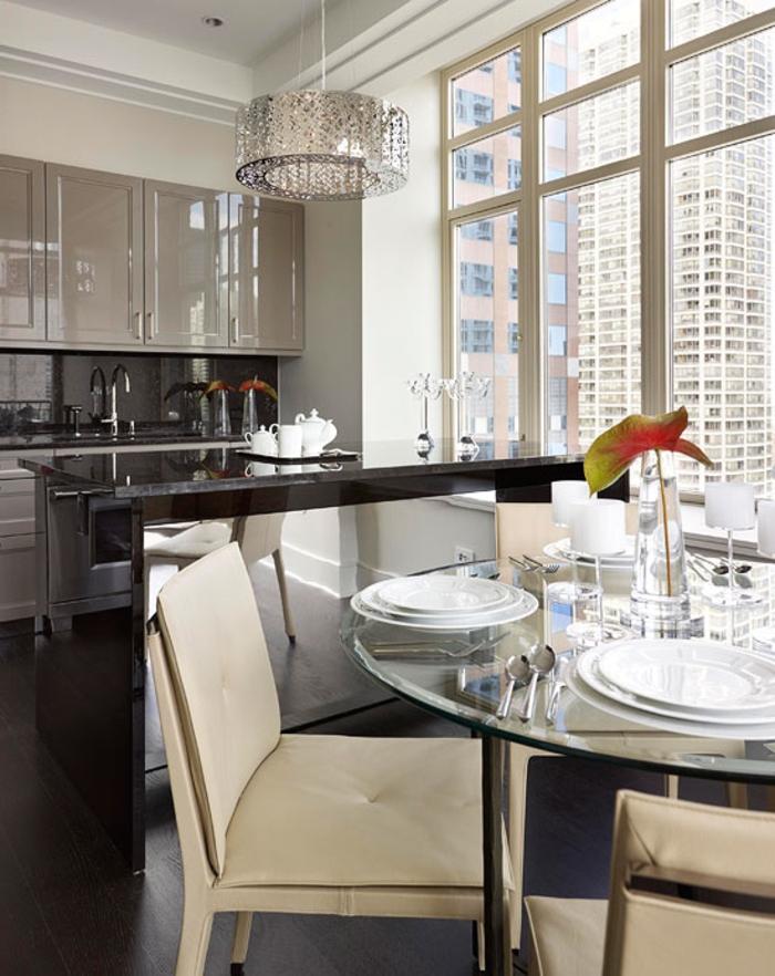 cocinas modernas pequeñas, barra de mármol negro que separa la cocina del comedor, armarios con esmalte