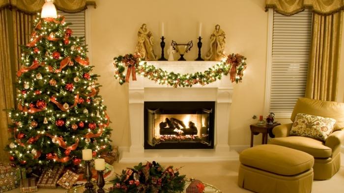 decorar arbol de navidad, estilo clásico de rojo y dorado, chimenea con guirnalda, corona de navidad en la mesa