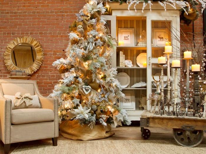 arbol navidad, pino artificial blanco decorado con ornamentos en dorado y blanco, paredes de ladrillos, mucha decoración en la habitación