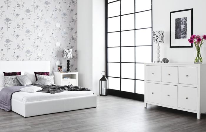 decorar habitacion, dormitorio en blanco y morado, papel pintado, ventanal y flores, cama doble baja