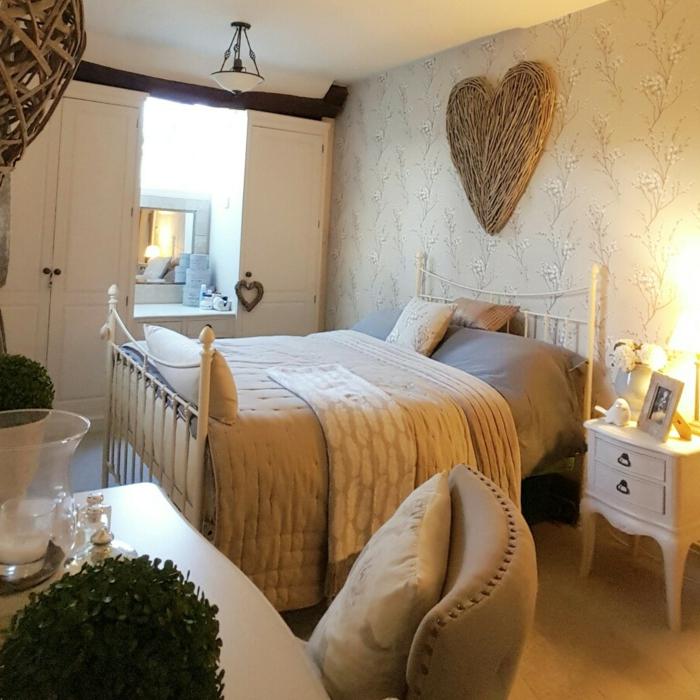 decorar habitacion, dormitorio con armario blanco, cama doble, decoración con corazón en la pared