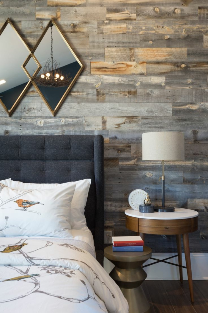 decorar habitacion, dormitorio con pared de tarima, espejos rombos, mesilla de noche redonda, cama con cabecero tapizado