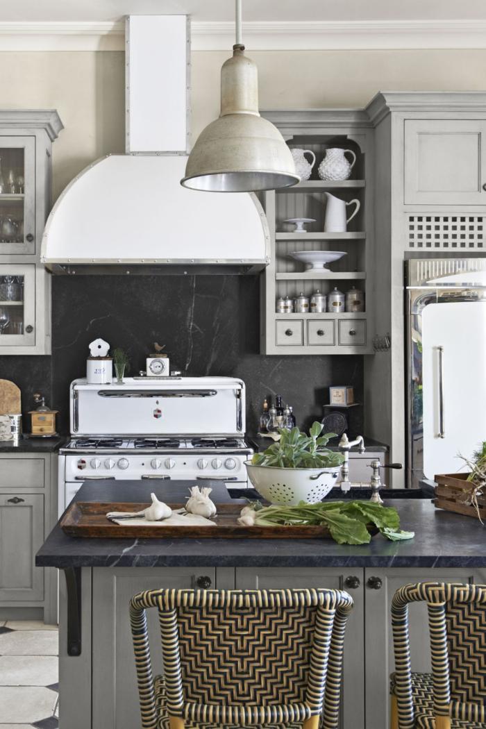 cocinas en l, ejemplo estilizado en blanco y negro, grande barra con armarios y encimera de mármol