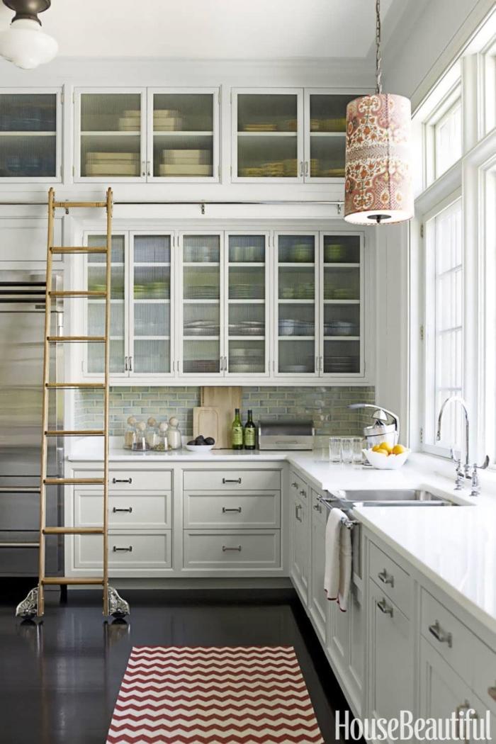 cocinas en l, optimización de espacio, armarios múltiples que llegan al techo, color blanco, escalera de madera