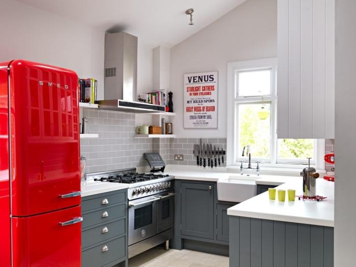 cocinas en l, cocina en blanco y gris con acento en rojo, decoración en la pared, estilo industrial