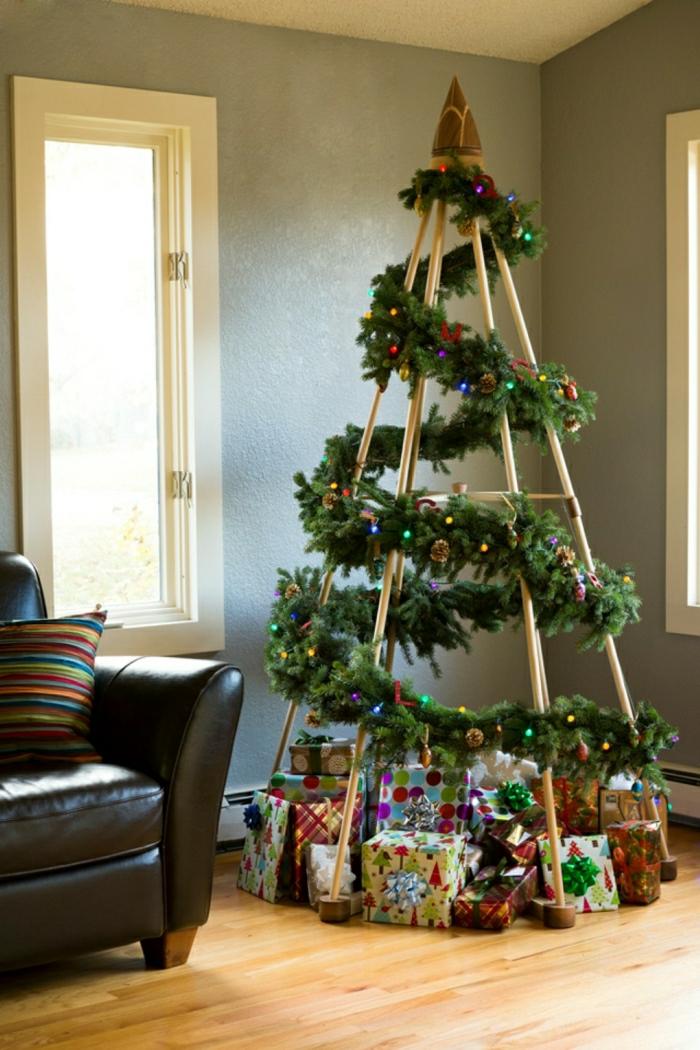 arbol de navidad manualidades, árbol de palos de madera con guirnalda verde, propuesta simple para hacer a mano