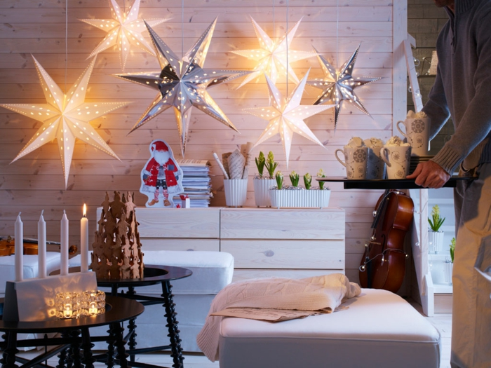 arbol de navidad, manualidades, ejemplo de árbol navideño hecho de galletas, estrellas decorativas colgantes, velas en la mesa