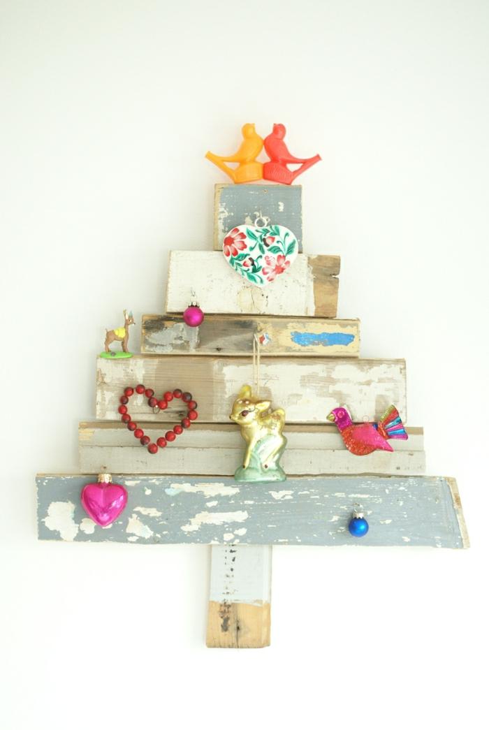 arbol de navidad manualidades, pequeño árbol de tableros de madera con detalles colgados, idea vintage de materiales reusados