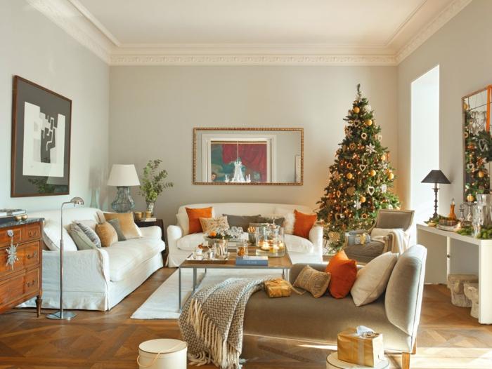 decorar árbol de navidad, propuesta para decoración en dorado, salón grande en colores claros y calientes