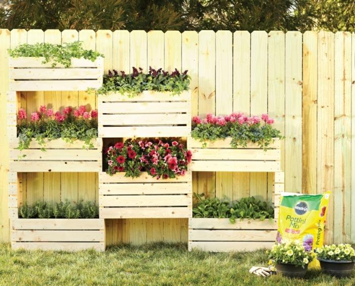decoracion de jardines, como elaborar estantería para flores de palets, macetas de plantas originales