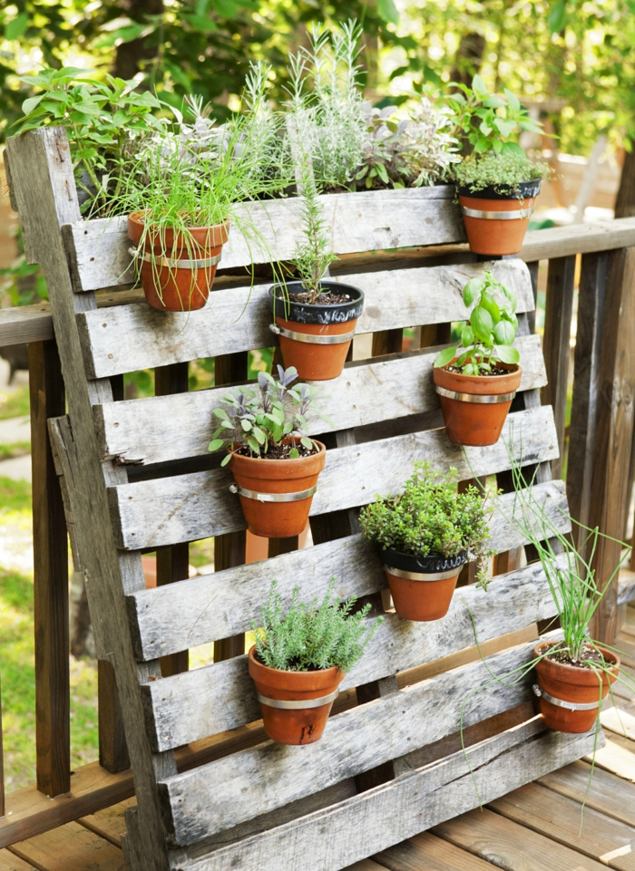 decoracion de jardines, sorprende tus vecinos con esta idea casera con palet, potes colgados en un palet, decoración original