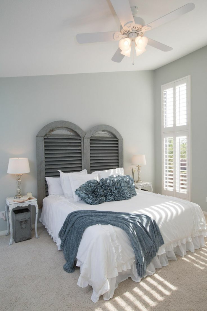 dormitorios matrimonio modernos, dormitorio con cabecero gris, ventana con persiana, ventilador con lámpara