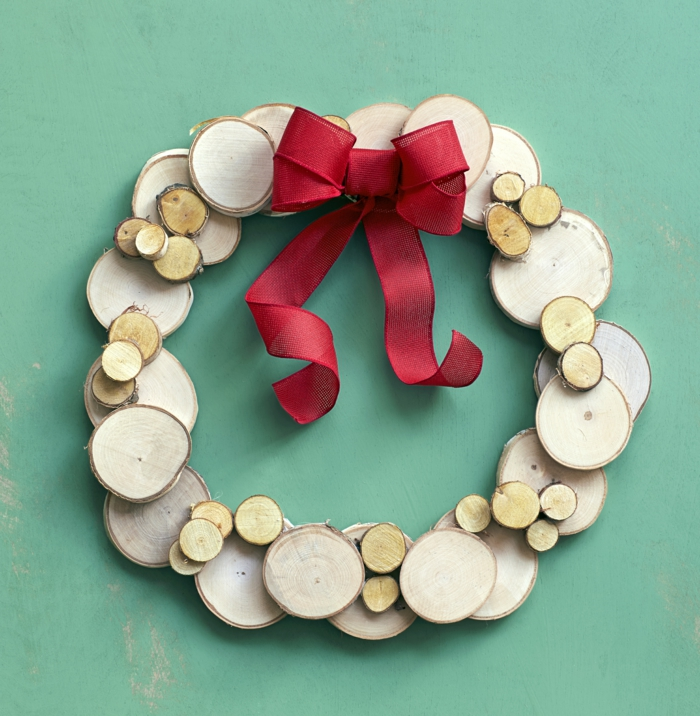 guirnaldas navideñas, corona de navidad hecha con trozos de madera redondos, cinta decorativa roja