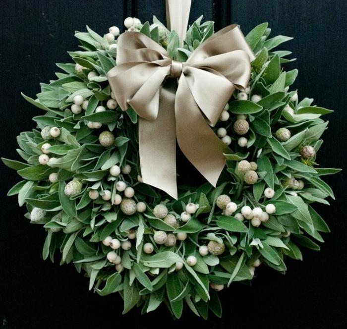 guirnaldas navideñas, corona de navidad verde, muerdago blanco, lazo de cinta decorativa dorada