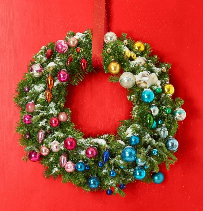 guirnaldas navideñas, corona de navidad verde con bolitas decorativas en azul, rosado y dorado, escarcha artificial