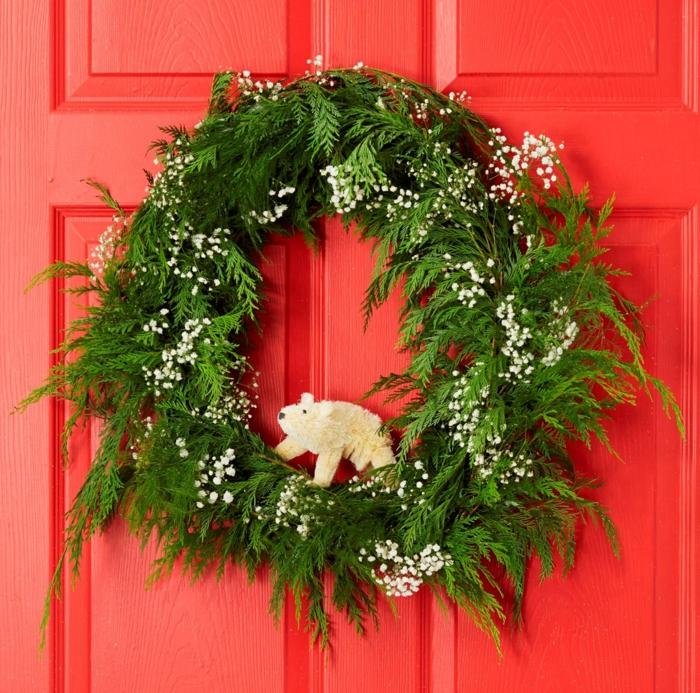 guirnaldas navideñas, corona de navidad natural verde con hojas de junípero y oso, puerta roja