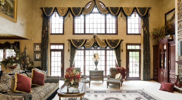 salon moderno, cortinas estilo neobaroque con muchos detalles, colores beige y negro, salón con techo muy alto