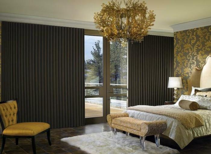 salon moderno, cortinas en color ocre oscuro con pliegues muy estrechos, grande candelabro dorado con muchos ornamentos