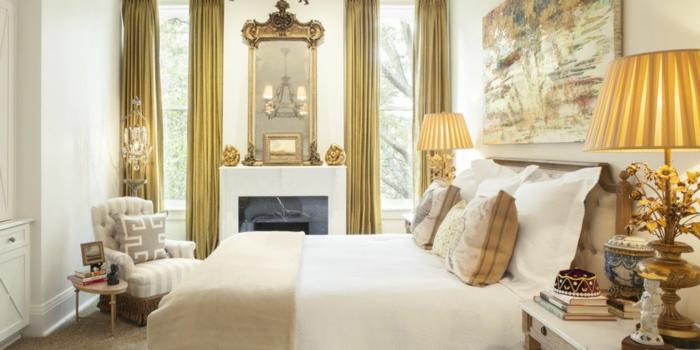 cortinas dormitorio matrimonio, cortinas largas en pliegues de lujo en color oro, habitación en beige y blanco, mapa en la pared