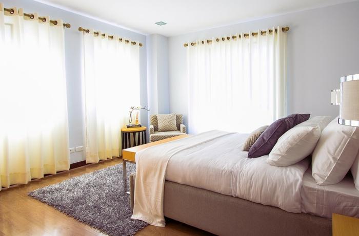 cortinas dormitorio matrimonio, tipo de cortinas para una habitación luminosa, colores pasteles y suelo de madera
