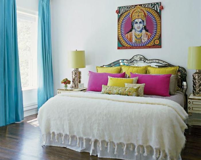 cortinas dormitorio, color azul celeste, decoración oriental con cojines en colores vivos, color fucsia y amarillo, suelo de madera