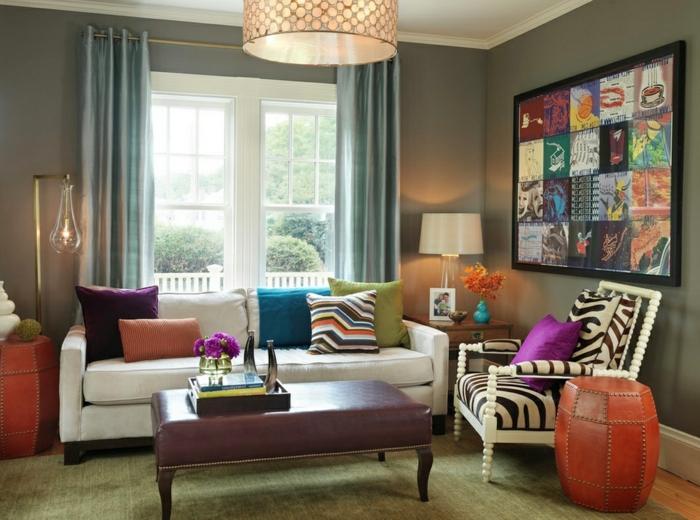 cortines modernas, en color azul con matizado metálico, salón colorido de diferentes objetos decorativos, grande pano moderno en la pared