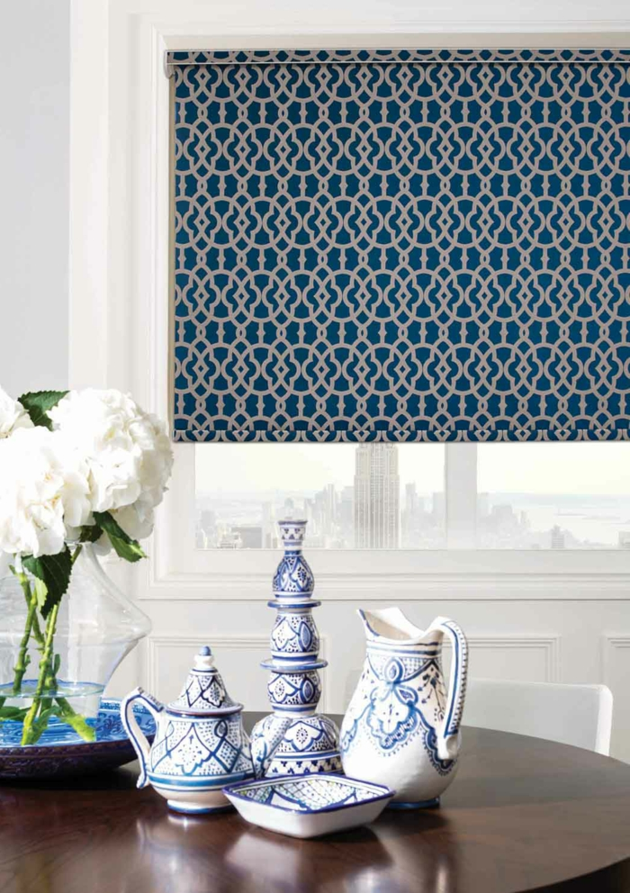 cortinas modernas, estores modernos en pequeños motivos geométricos en blanco y azul, porcelana de china decorativa