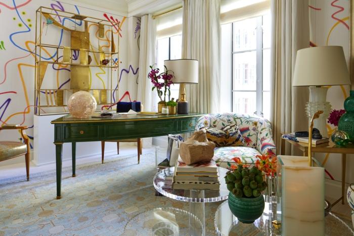 cortinas modernas, cortinas voluminosas de color crema, salón muy estilizado con paredes decoradas en rayas coloridas