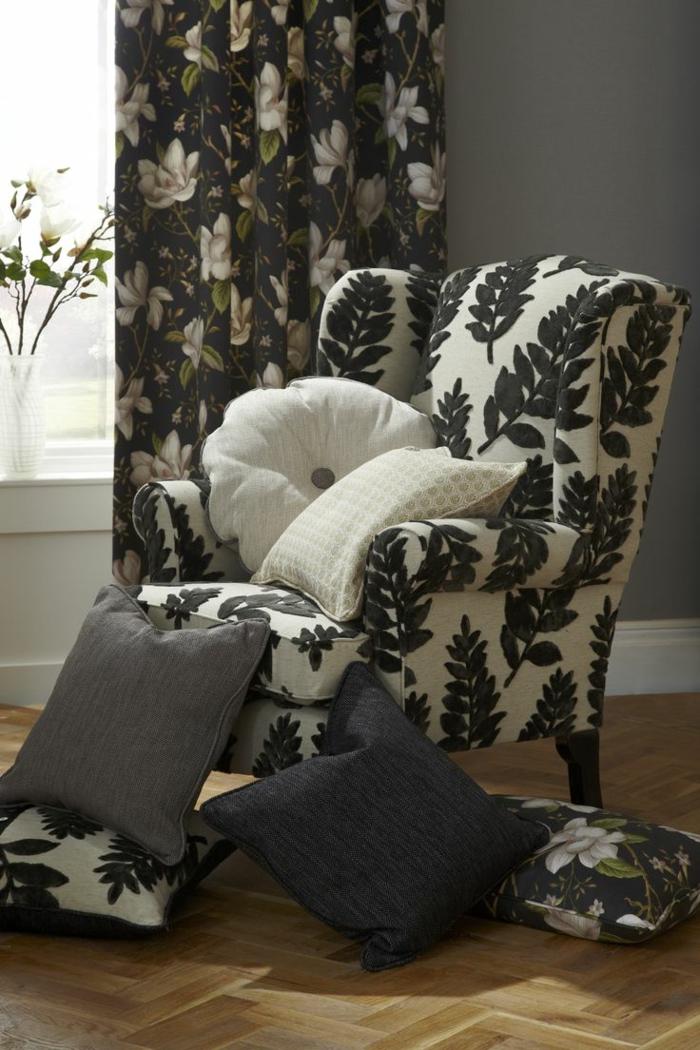 telas cortinas, propuesta en motivos florales, cortina negra con dibujos de flores blancos, sillón entapizado con motivos florales