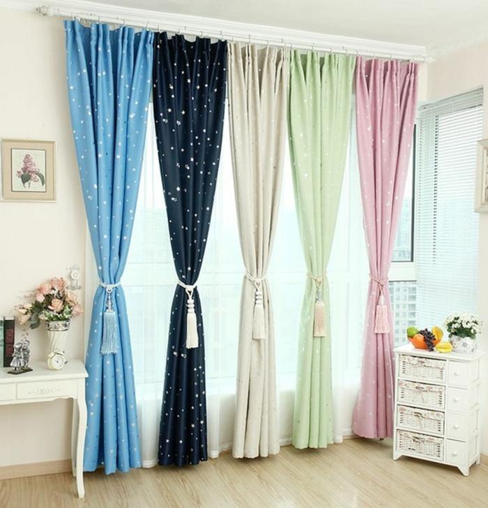 cortinas juveniles, precioso ejemplo 2017, cortinas en 5 colores con estampados de puntos y borlas en beige, paredes y muebles blancos