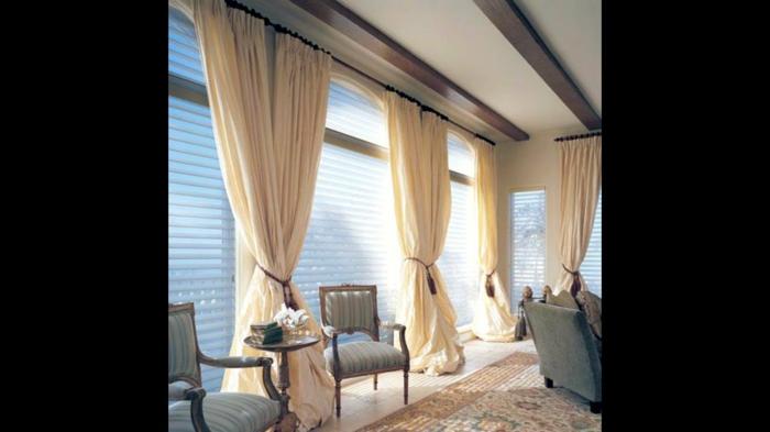 cortinas modernas, propuesta en tendencia, cortinas de volumen color crema con lazos estilo borla y persianas en las ventanas