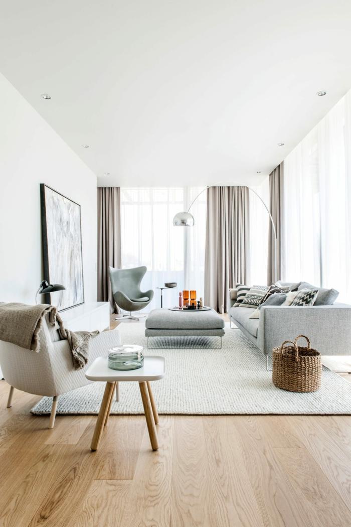 cortinas juveniles, propuesta muy moderna de cortinas de satín grises, muebles de color gris, claro, mesita de patas de madera