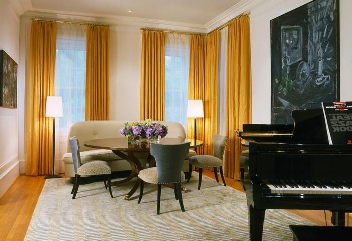 cortinas salon, tendencias en los colores para esta temporada, ocre amarillo, cortinas largas de tejidos naturales, salón con piano