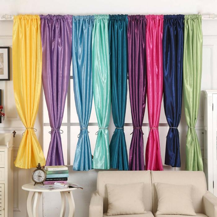 cortinas salon, tendencias top 2018, cortinas en colores llamativos de satín, recogidas en la mitad, muebles en color avellana