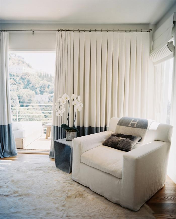 cortinas salon, efecto ombre, bonitas cortinas blancas gruesas con extremos en azul, decoración de orquídeas