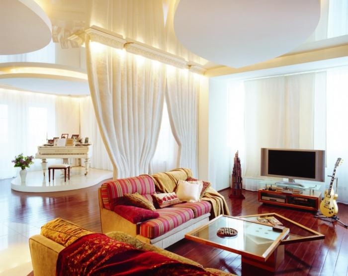 cortinas para salón, ejemplo refinado de peluche en color crema, salón en rojo y dorado, espacio luminoso, plataforma de piano
